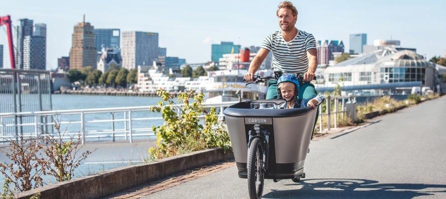 Vater und Sohn im e-Lastenrad