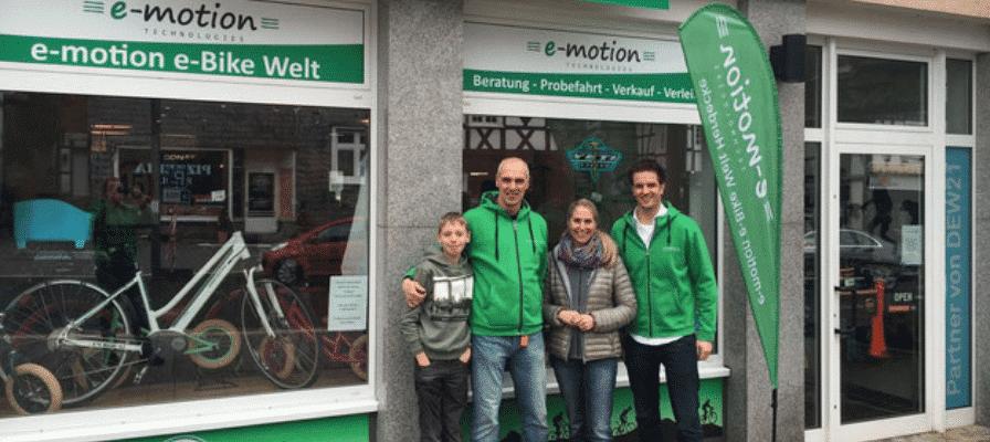 e-motion Mitarbeiter vor e-Bike Shop