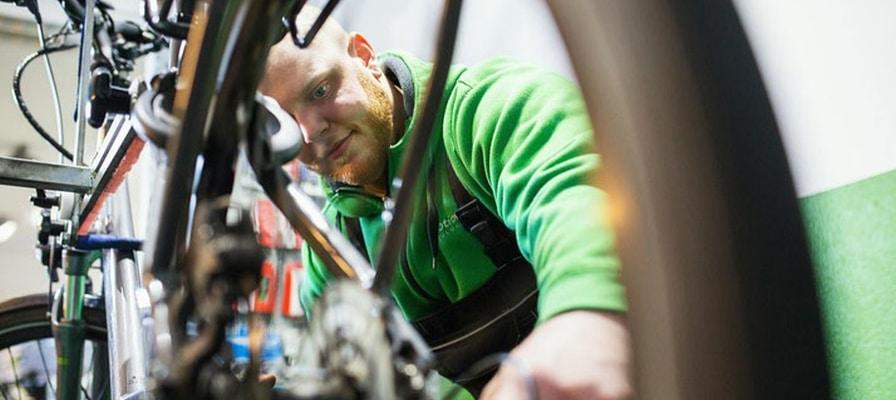e-motion Mitarbeiter werkelt an einem e-Bike