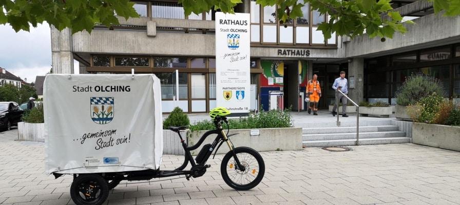 Ein Lastenfahrrad vor dem Rathaus in Olching