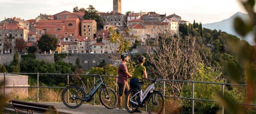 Mann und Frau mit e-Bikes an einem Viewpoint