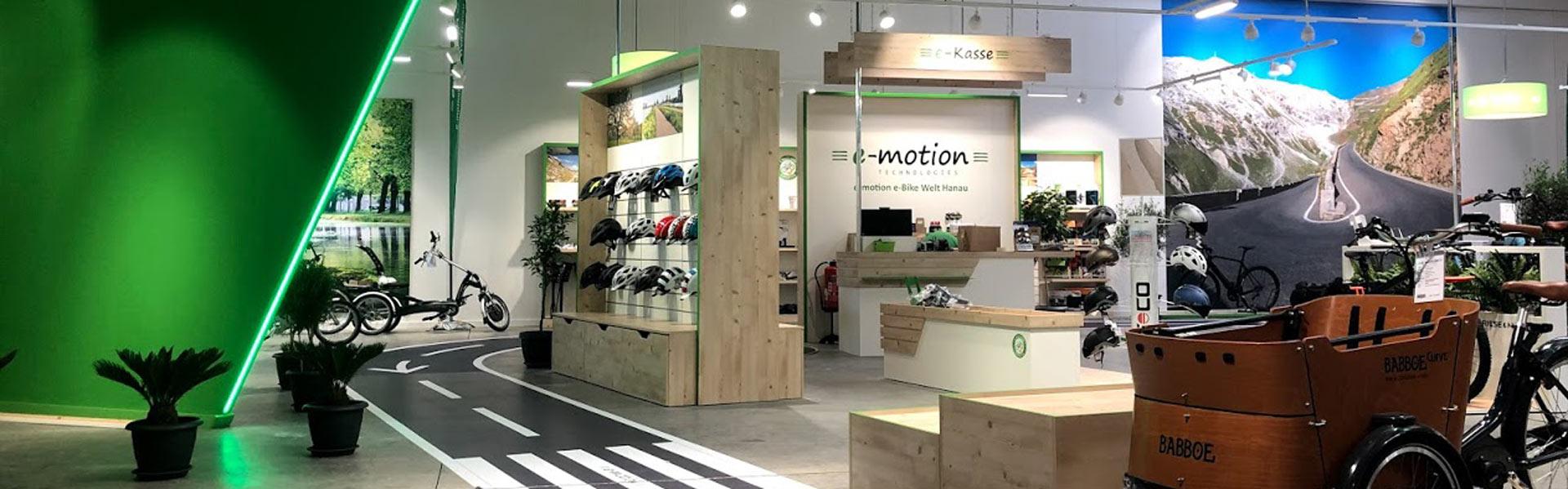 Innenansicht des e-motion Shops Hanau mit Teststrecke