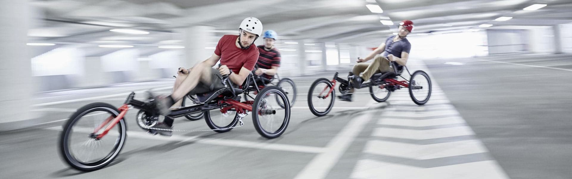 Drei Herren fahren auf Dreirädern von Hase Bikes