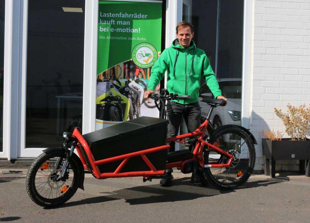 Inhaber der e-motion e-Bike Welt Pforzheim mit einem Lastenfahrrad