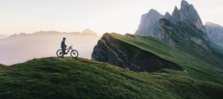 Mann fährt auf seinem M1 Erzberg durchs Gebirge