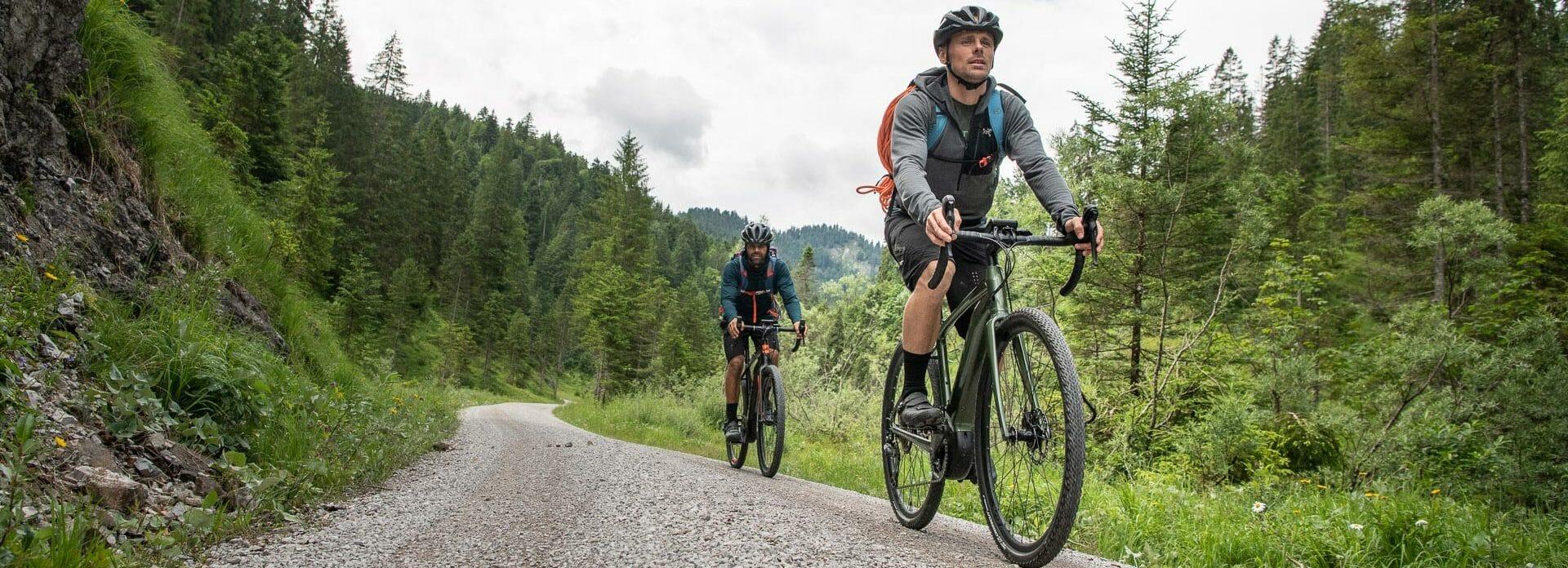 Männer auf Gravel e-Bike Giant Revolt