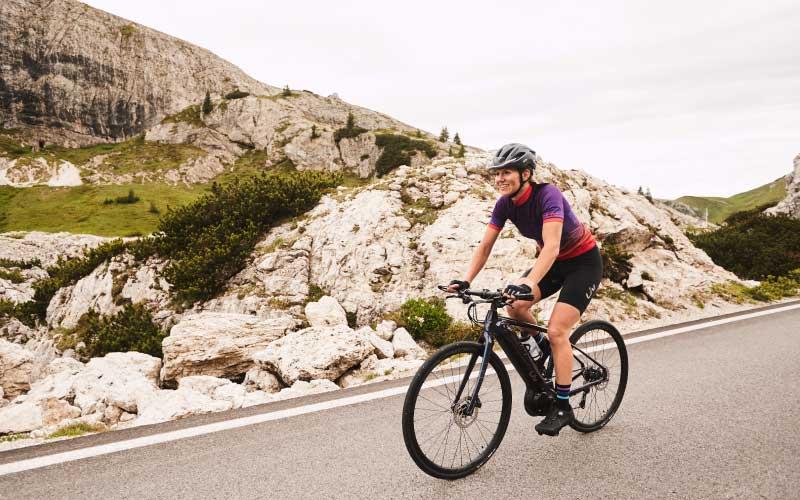 Sportliche Frau faehrt auf liv e-Bike