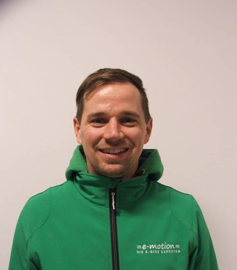 Team_Pforzheim_Veit Gooßen_01_21_Portrait in grüner e-motion Jacke