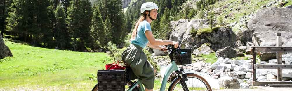 Frau fährt auf einem Trekking e-Bike