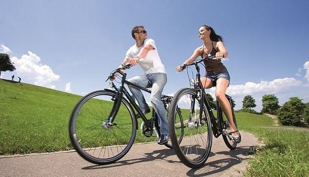 Ein Paar bei einer e-Bike Tour an der frischen Luft