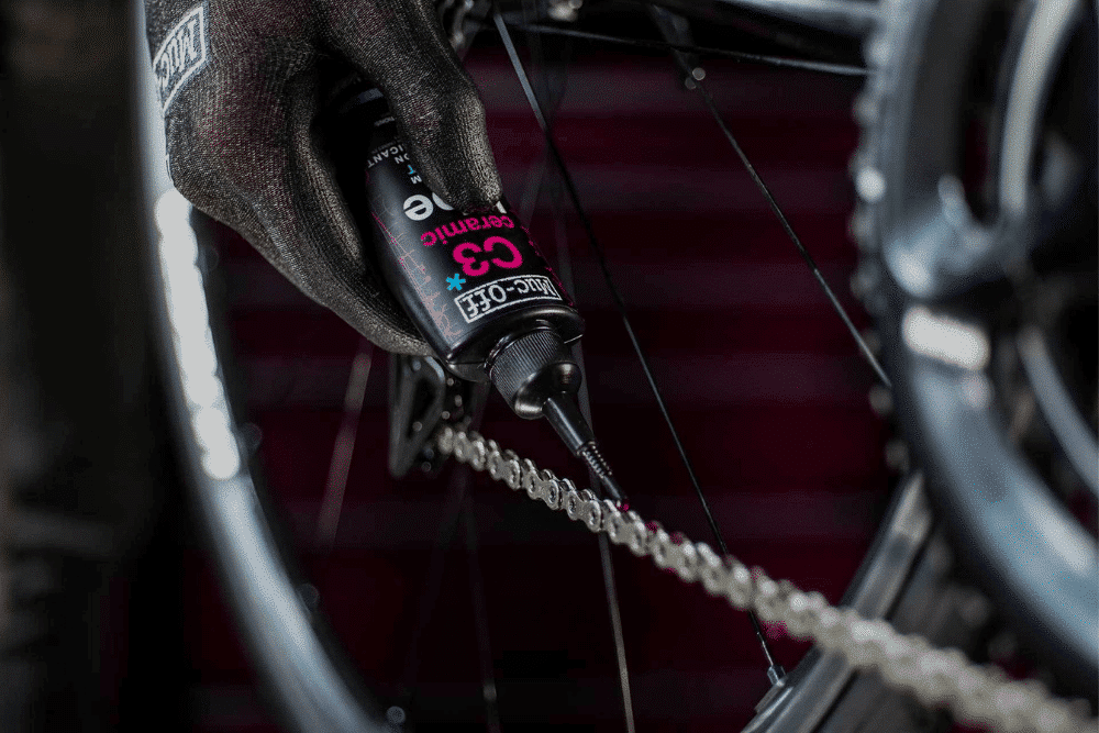 Eine e-Bike Kette wird mit einem Muc-Off Öl geschmiert