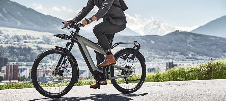 Ein Mann im Anzug auf dem Riese und Müller Superdelite Trekking e-Bike