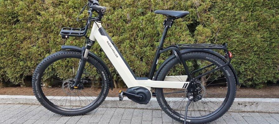 weißes R&M e-Bike mit Cargo Anbau