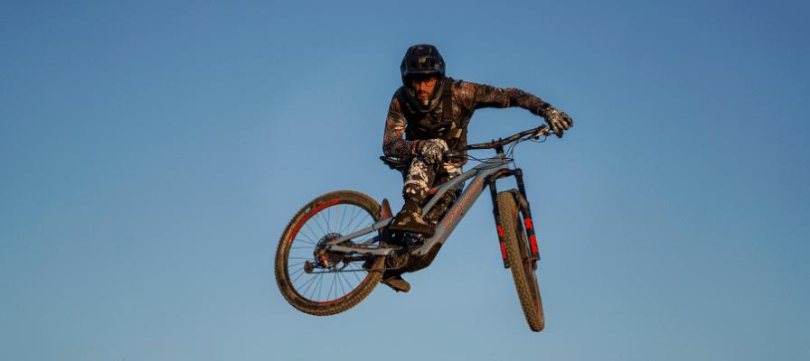 Stunt auf dem Levo SL Mountainbike von Specialized