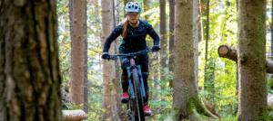 e-Mountainbike Fahrerin auf dem neuen Liv Intrigue X E+