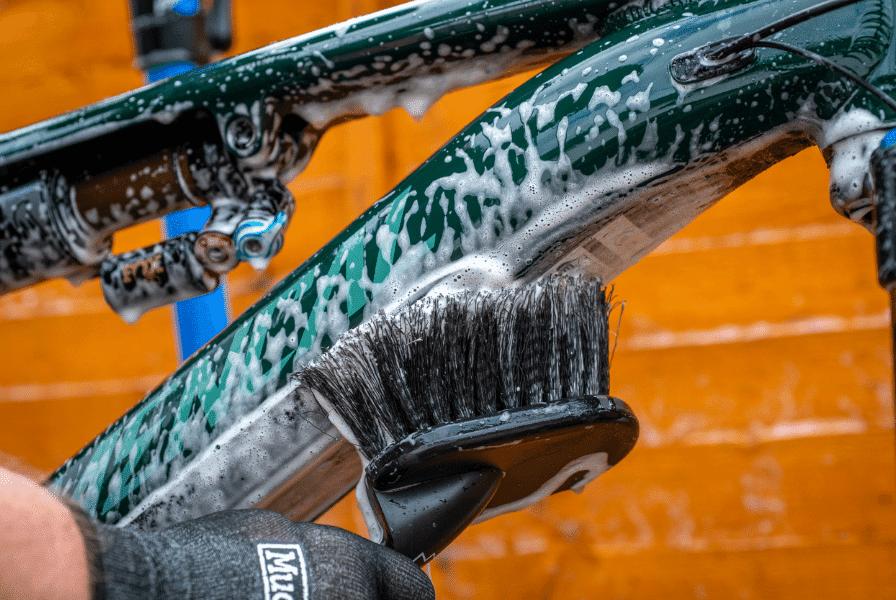 e-Bike wird mit Bürste gereinigt