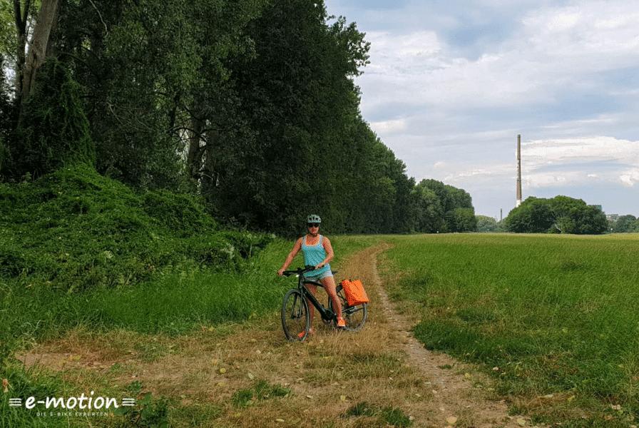 Fahrerin auf einer Wiese mit dem Specialized Vado SL