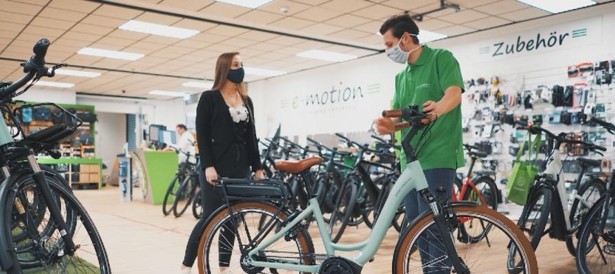 e-Bike Beratung mit Mundschutz