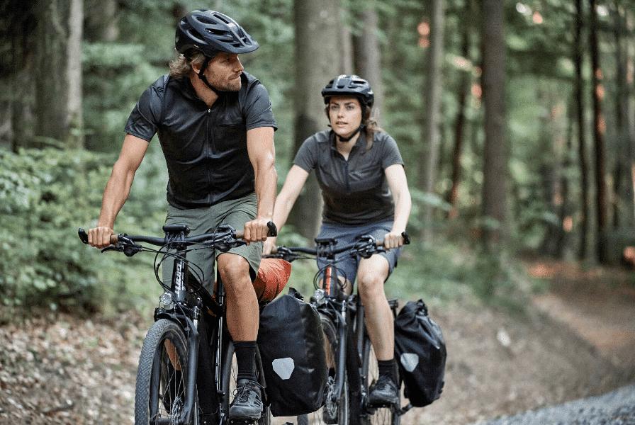 Zwei Trekking Bike Fahrer mit Giant e-Bikes im Wald