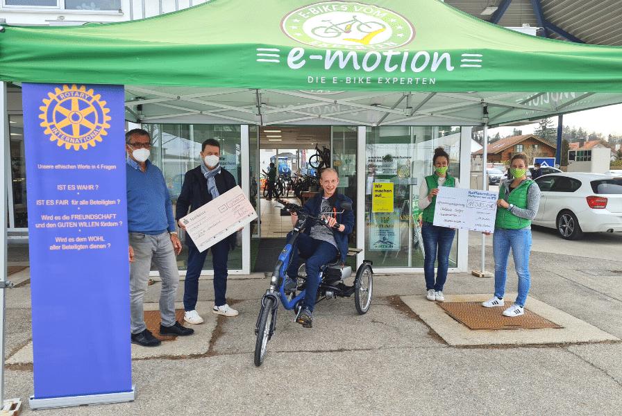 Spendenübergabe vor der e-motion e-Bike Welt Fuchstal