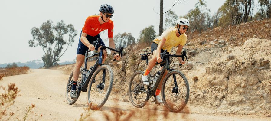 Ein junges Paar fährt auf den Cannondale Topstone Neo e-Bikes