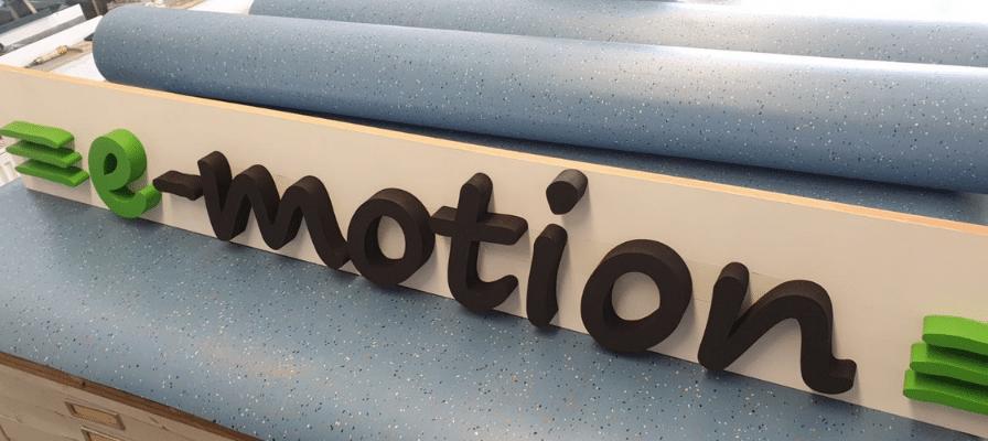 Schriftzug des neuen e-motion Premium Shops Köln