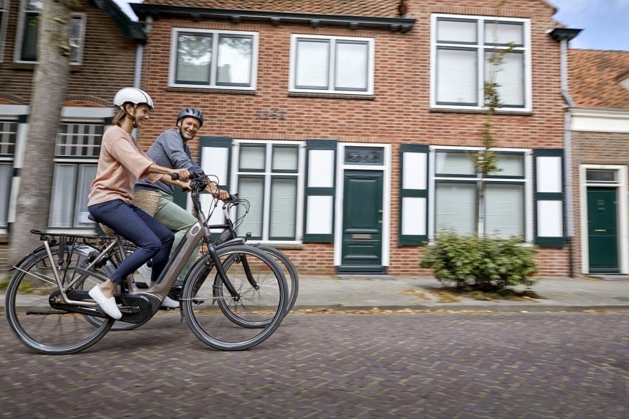 Pärchen auf dem Gazelle Grenoble C7+ HMB & Arroyo Elite in einer holländischen Stadt