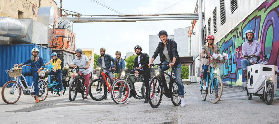 Verschiedene Fahrerinnen und Fahrer auf ihren e-Bikes