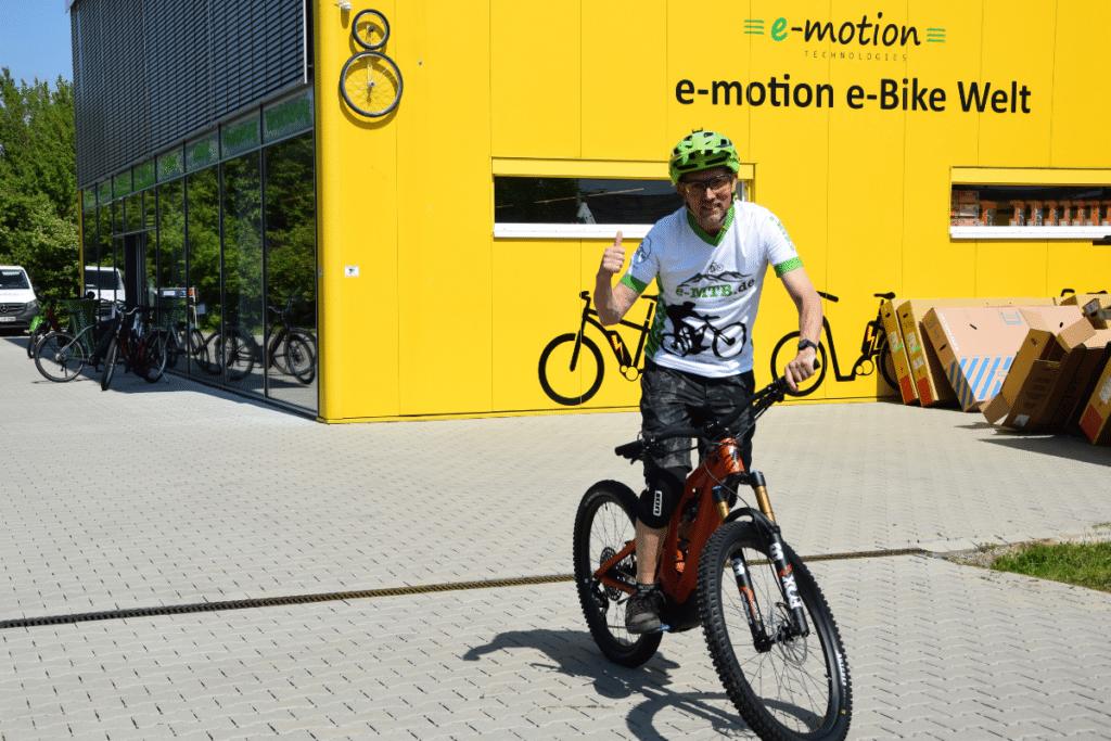 Specialized Turbo Levo Gen3 vor der e-Bike Welt Freiburg Süd