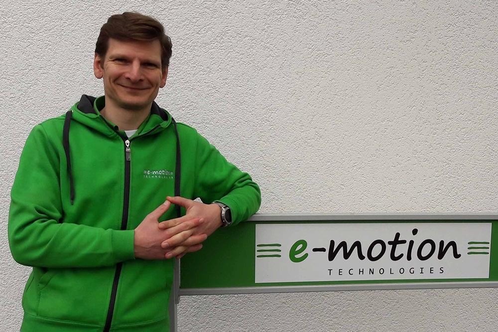 Bei einem Interview mit dem Fernsehsender RTL diskutiert der Geschäftsführer der e-motion e-Bike Welt Gießen, Andreas Habermann, die grundlegenden Herausforderungen und eine mögliche Lösung für die Problematik der fest verbauten e-Bike Akkus.
