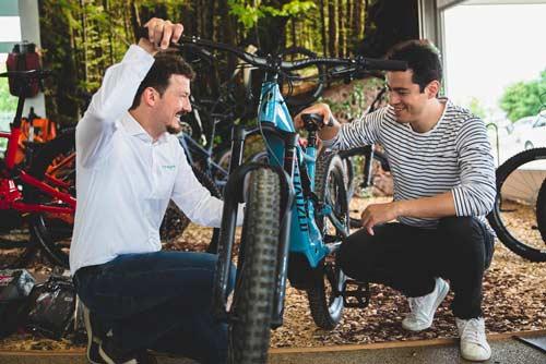 Ein e-motion e-Bike Verkäufer in der Beratung mit einem Kunden