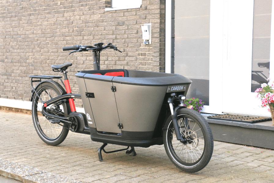Das Carqon Classic Lastenrad vor einer Haustür