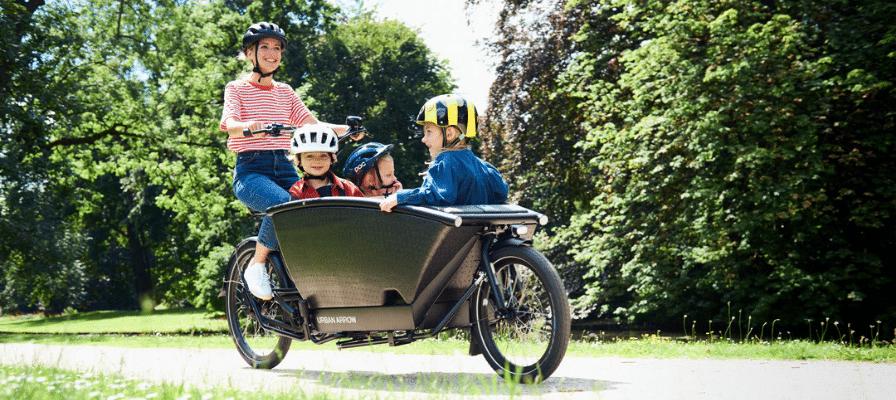 Frau mit Kindern auf Urban Arrow Lasten e-Bike