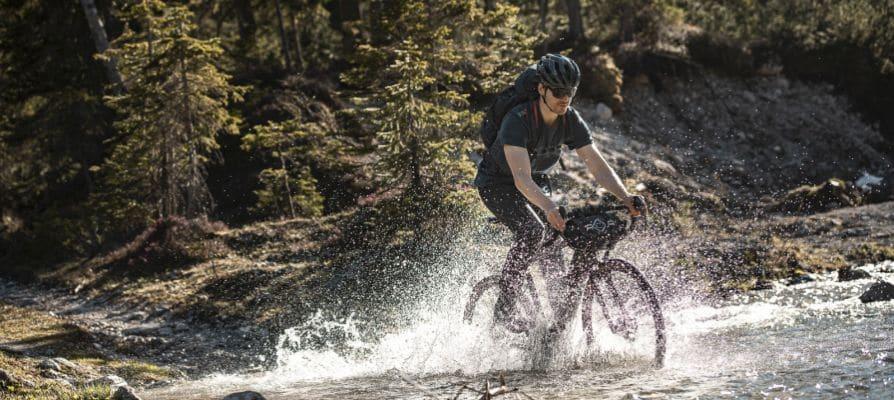 Mann auf Fahrrad Wasser