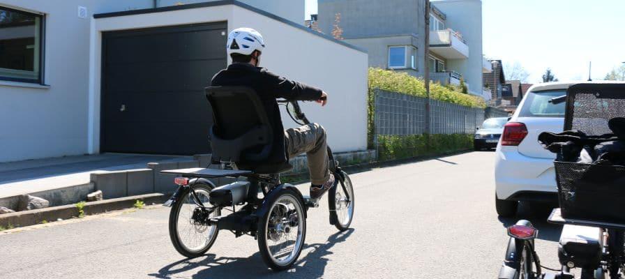 Mann auf Dreirad