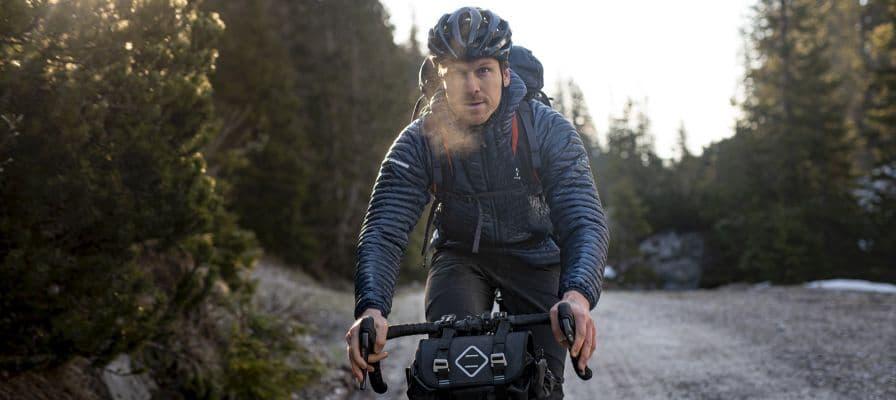 Mann auf Fahrrad Berge