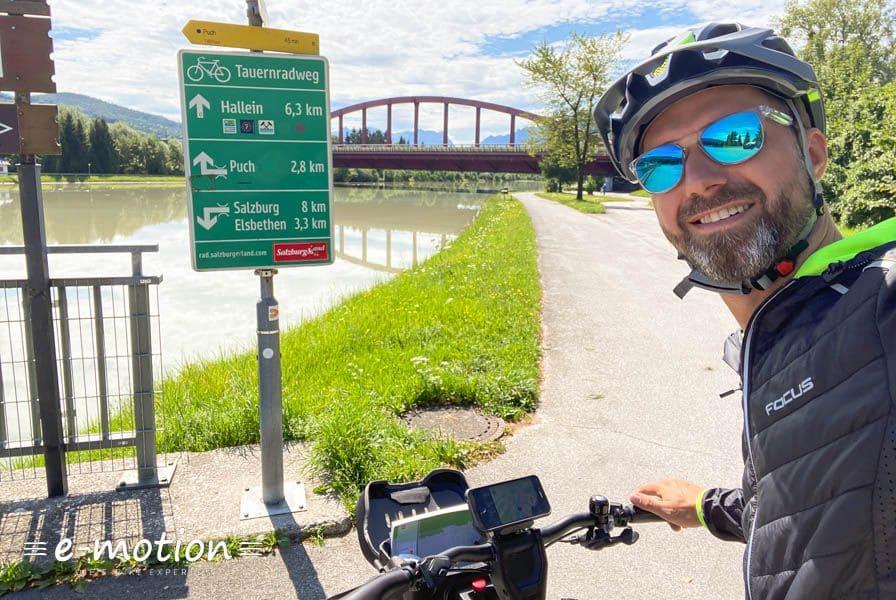 Mann mit Fahrrad auf reisen