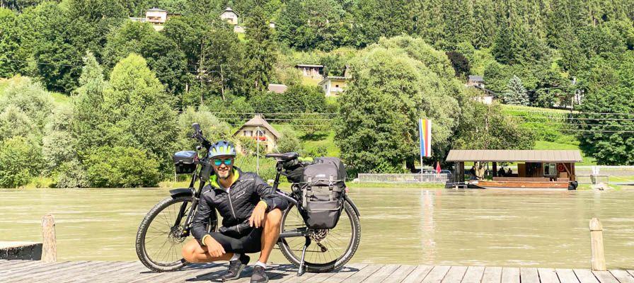 Mann mit Fahrrad vor Wasser