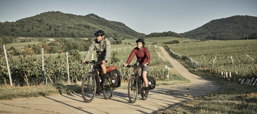 Mann und Frau fahren mit Giant Explore E Modellen in der Natur