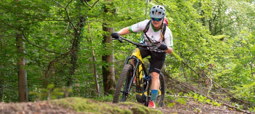 Frau im Wald auf Husqvarna Hard Cross 6