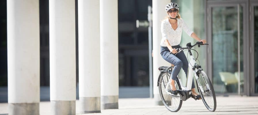 Frau auf Hercules e-Bike in der Stadt