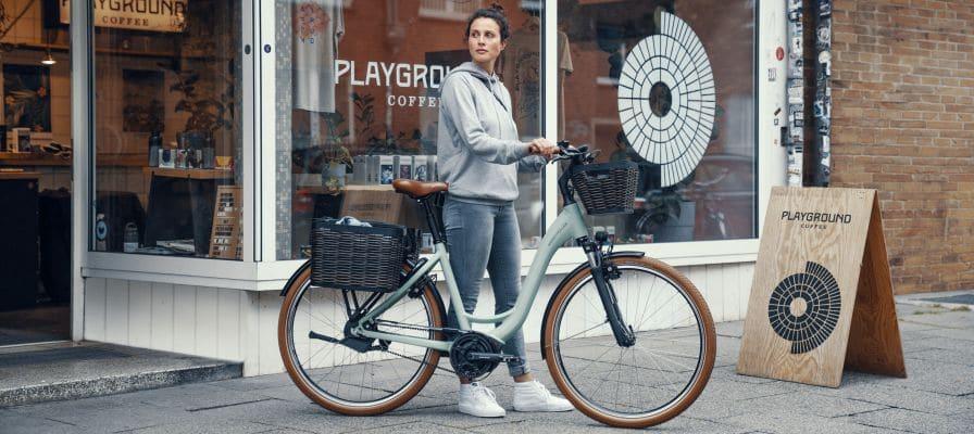 Frau vor Laden mit Fahrrad