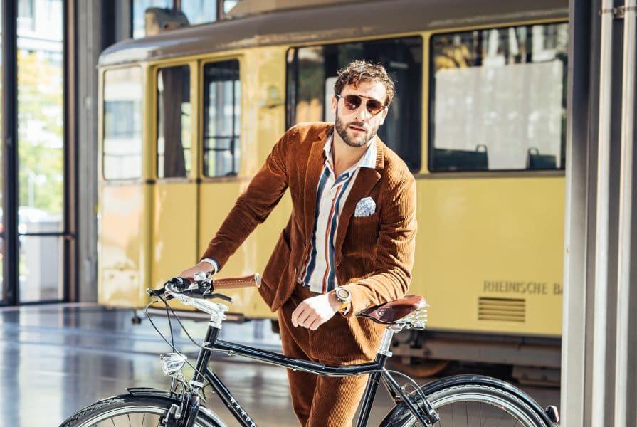 Mann mit Fahrrad an Bahn
