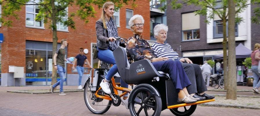 Frau fährt mit zwei Beifahrern auf dem Van Raam Chat
