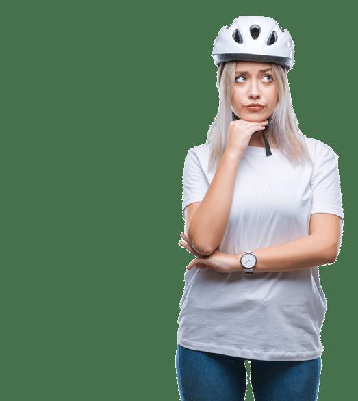 Frau mit Helm denkt nach