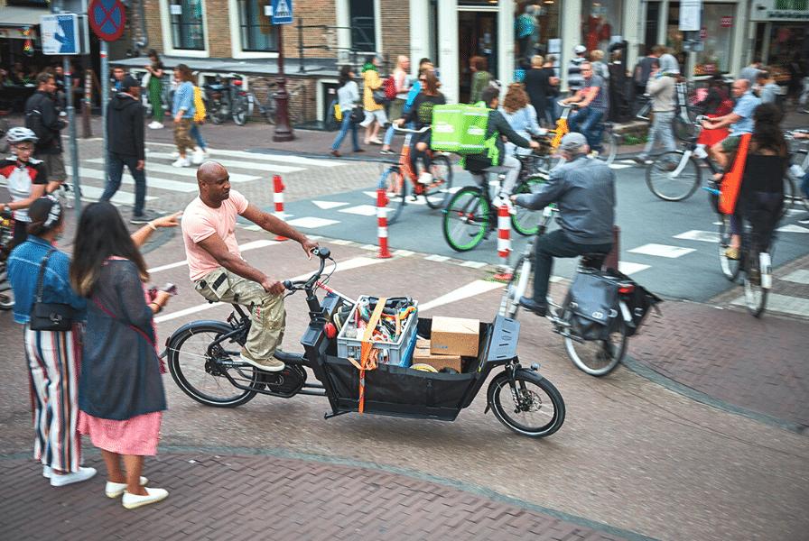 Ein Mann transportiert seine Werkzeuge mithilfe eines Lastenfahrrads