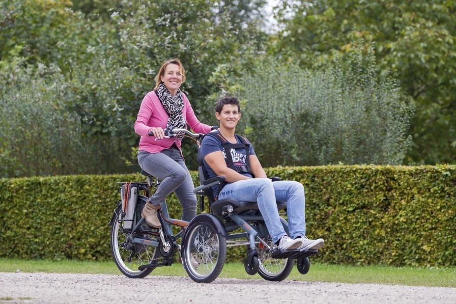 Frau mit Junge auf Fahrradrollstuhl