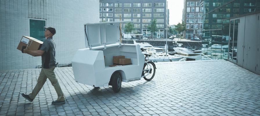 Lastenräder im alltäglichen Leben - Ein Mann fährt mit einem Lastenvelo Pakete aus