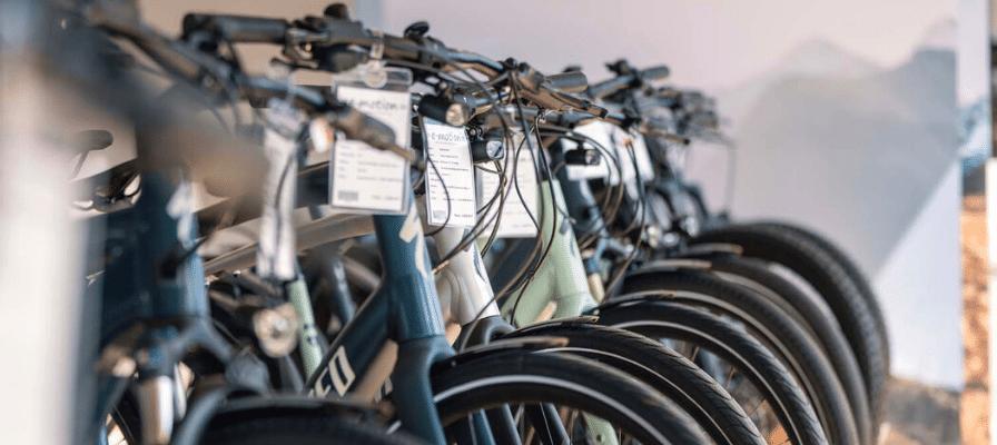 e-Bikes im Laden mit Preis-Schildern