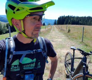 Der Belchenradler mit Helm und seinem Focus Jarifa²